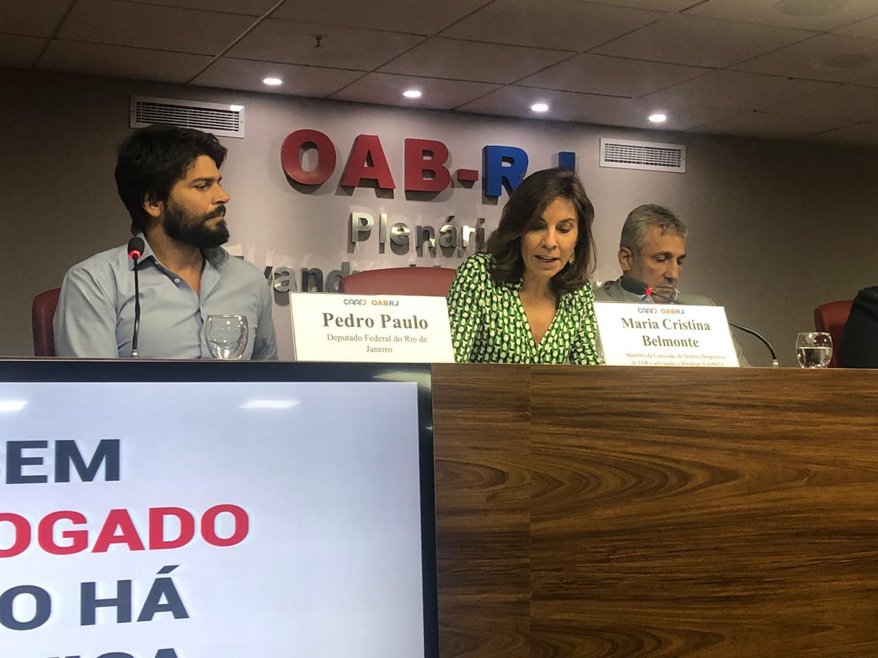 A sócia Maria Cristina Capanema Belmonte preside a mesa de debate sobre o tema Clube Empresa, com o Deputado Pedro Paulo, em evento realizado na OAB/RJ